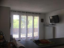 studio lumineux avec terrasse, apartment in Balaruc-les-Bains