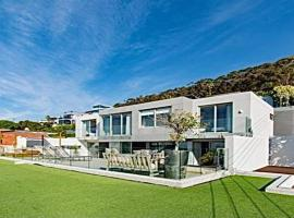 Gorgeous Modern Villa with swimming pool, villa in Cape Town