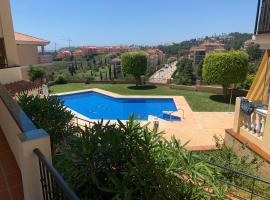 Apartamento con jardín y piscina en el faro de calaburras, hotel in Mijas Costa