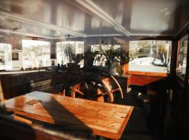 Captain Pippi; Amsterdam's finest Houseboat, hôtel avec piscine à Amsterdam