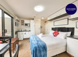 CONVENIENT STUDIO// 15 MINUTES FROM CBD, hotel in Melbourne