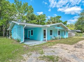 Bright Crystal River Home Walk to Boat Ramp!, holiday home in Crystal River