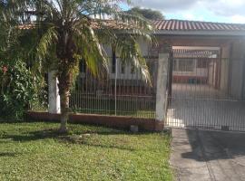 Pousada Santa Felicidade Trieste com garagem D, guest house in Curitiba