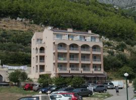 Drvenik Palace, hotel v Drveniku