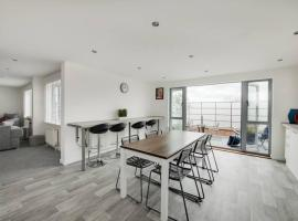 Modern 3 bed Penthouse Apt with large balcony, apartment in Portsmouth