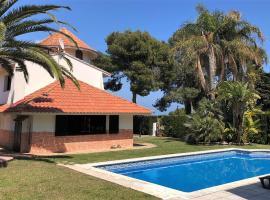Villa singular en Salou. Piscina y jardín privados, cabana o cottage a Salou