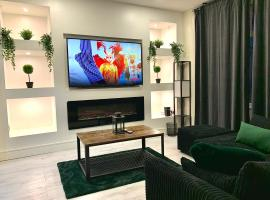Immaculate Modern Home with parking - Sleeps 8 -, hotel in Liverpool
