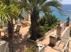 Villa l'ensoleillée vue panoramique mer, 250 m de la plage et du centre ville, hotel in Menton