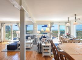 146 Large Beachfront Paradise with Expansive Deck Stunning Views High End Kitchen Steps to the Beach Close to Commercial Street, holiday home in Provincetown