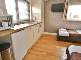 Central Studios Gloucester Road by RoomsBooked, apartment in Cheltenham
