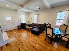 Charming Bungalow Near Tyler Perry Film Studios, vacation home in Atlanta