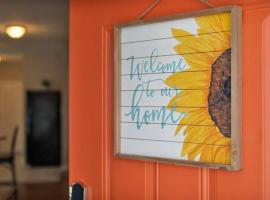 NEW! Downtown ATL Luxury Sunflower Bungalow, vacation home in Atlanta
