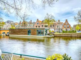 Beautiful houseboat in the centre of Leiden, villa in Leiden