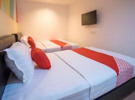 OYO 90281 Hotel Taj seksyen 13, hotel near Sultan Abdul Aziz Shah Airport - SZB,
