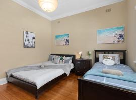 Quiet Private Room in Kensington near UNSW, Light railway&bus 1Q1S, sumarhús í Sydney