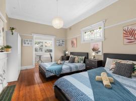 Quiet Private Room in Kensington near UNSW, Light railway&bus 2Q, sumarhús í Sydney