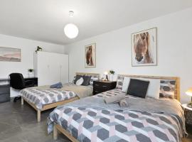 Quiet Private Room in Kensington near UNSW, Light railway&bus 2D, sumarhús í Sydney