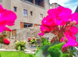 """Apartament """"El Castell"""" Cal Rialla, hotel in Llivia"""