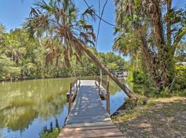 Charming Riverfront Home with Hot Tub and Kayaks!, holiday home in Crystal River