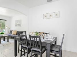 Awesome house @Coral way W Private patio & Parking / road 2, villa in Miami