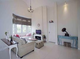 The Penthouse by Cottonwood, villa in Bandung
