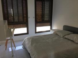 Chambre en coloc dans un T4 de 88m² - idéal festival, 200m des remparts, hotel in Avignon