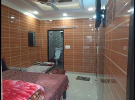 Room in Guest room - Posh Foreigner Place Luxury Room In Lajpat Nagar, luxury hotel in New Delhi
