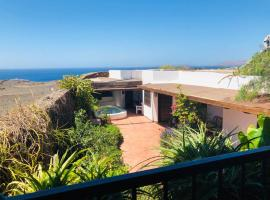 Immaculate 3-Bed House with a Sea View in Macher, vacation home in Mácher