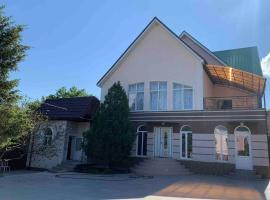 Большой уютный дом не далеко от моря, holiday home in Arkhipo-Osipovka