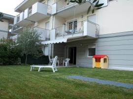 Torbole Appartamento piano terra con giardino e piscina, holiday home in Nago-Torbole