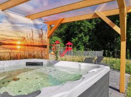 Ferienhaus mit Whirlpool und SUP am Plauer See, holiday home in Malchow