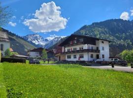 Ferienwohnungen Haus Almrausch mit Brötchenservice, family hotel in Bichlbach