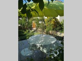 Maison très beau jardin 10 mn a pied de cathédrale, vacation home in Bayeux