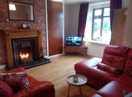 Cosy Mc Carrons 5 min walk from Buncrana town centre and 10 min walk from beach, holiday home in Buncrana