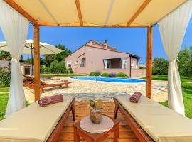 Villa Agri with large Garden and Pool near Pula, cottage in Loborika