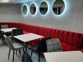 Red Cube Hotel, готель у місті Кам'янець-Подільский