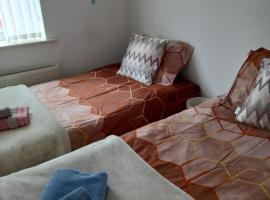 Leicester Room for 1 or 2 Females Bathroom shared with 2 females, hotel in Leicester