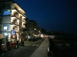 Hotel La Riva, hotell i Giardini Naxos