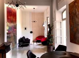 Appartement à la Roquette, dans l'Hotel de Divonne, classé., apartment in Arles