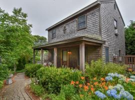 148 Quiet Neighborhood Spacious Private Outdoor Living Walk to Commercial St Dog Friendly, holiday home in Provincetown