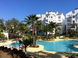 Precioso bajo con vistas a la piscina, hotell i Estepona
