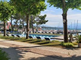 Villaggio Turistico dei Tigli, glamping site in Padenghe sul Garda