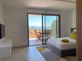 Grand studio vue mer à 100 mètres des plages et Massif de l'Esterel, hotel in Théoule-sur-Mer