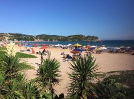 Casa em condomínio com os pés na areia de Geribá - 3 suítes, vacation home in Búzios