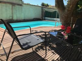 Chambre climatisée avec sdb privée dans une villa avec piscine privée, B&B in Marseille