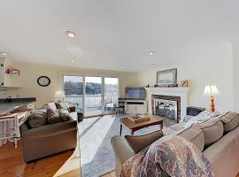 New Listing! Waterfront Gem with Private Deck home, holiday home in South Yarmouth