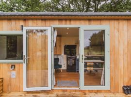 Hidden Wood Glamping and the Hideaway Cabin, hotel near Longleat House, Warminster