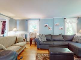 Plum Cove Beach House, holiday home in Gloucester