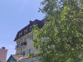 Двухкомнатная квартира апартаменты с видом на море и горы рядом с центром города, apartment in Gelendzhik