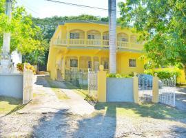 Unity Villa-Private bedroom fan, wifi,near beach-C, homestay in Montego Bay